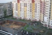 """Эта площадка перед домом стала """"яблоком раздора"""" между застройщиком и инициативной группой жильцов"""