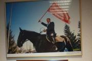 Дартс, биография деда, плакаты из Вьетнама и пожелание от «Песняров». Областные депутаты рассказали, чем украшают стены своих кабинетов. ФОТО
