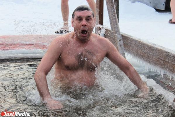 «Ноги примерзли ко льду, но я был спокоен: перекрестился, помолился и нырнул». Известные уральские политики и бизнесмены рассказали о Крещенских купаниях