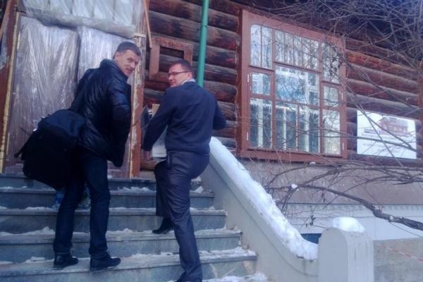 Илья Ананьев и Дмитрий Федечкин дарят свой прощальный подарок Екатеринбургу - библиотеку, собранную ими для Дома журналистов. ФОТО из Фейсбука Дмитрия Федечкина.