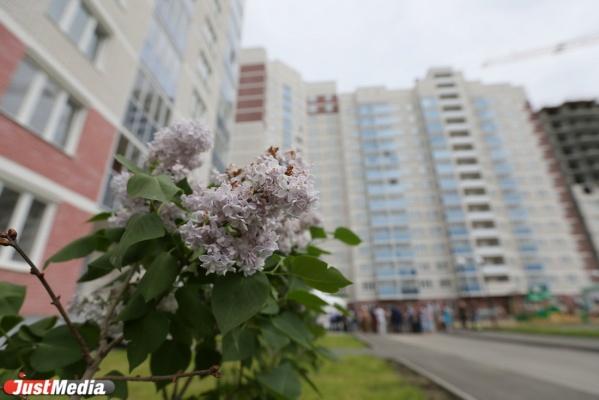 Ждали от 6 до 12 лет! 130 обманутых дольщиков получили ключи от квартир в ЖК «Хрустальногорский»
