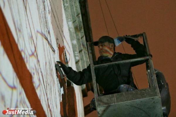 Московский художник подарил Екатеринбургу свой цветной сон. Пока жители спали, в городе стартовала «Стенограффия». ЭКСКЛЮЗИВНЫЙ РЕПОРТАЖ