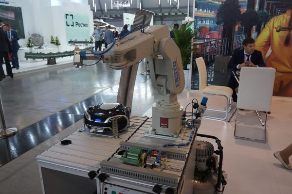 Танцующий робот, шашки на складском оборудовании и разливное пиво. JustMedia узнал, чем развлекают гостей экспоненты «ИННОПРОМа-2015»