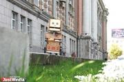«Попрошайка» раскрутила депутатов гордумы на деньги, пела песни на Плотинке и проехалась в трамвае «зайцем». ФОТО