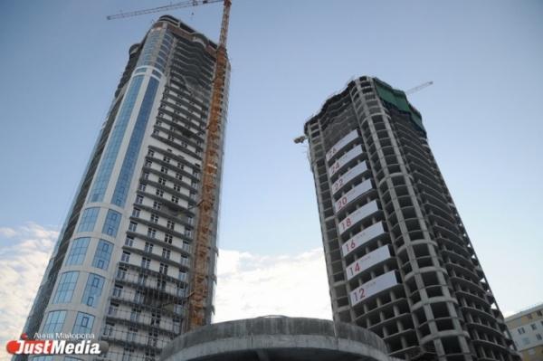 «Южные ворота Екатеринбурга» почти готовы. Первый дом с панорамными окнами, вертолетной площадкой и собственным входом в ЦПКиО сдадут через полгода. ФОТО