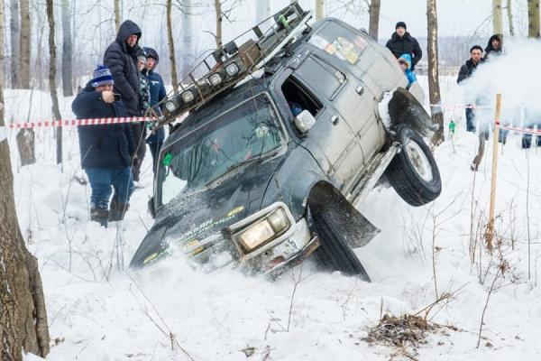 Здесь не дороги, здесь направления. Полсотни внедорожников устроили «снежную битву»