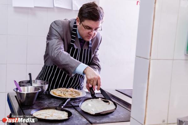 К VIPам на блины. Глава избиркома Екатеринбурга Илья Захаров из года в год ест масленичные блины только в компании студенческих друзей. СПЕЦПРОЕКТ