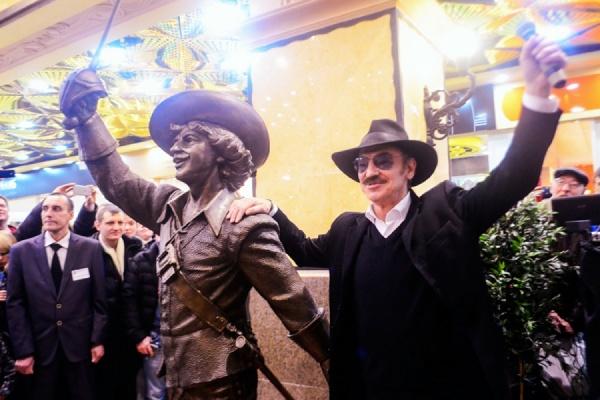 «Нет такого человека, которому не нравился бы Д'Артаньян!» Михаил Боярский открыл в Екатеринбурге скульптуру своего киногероя