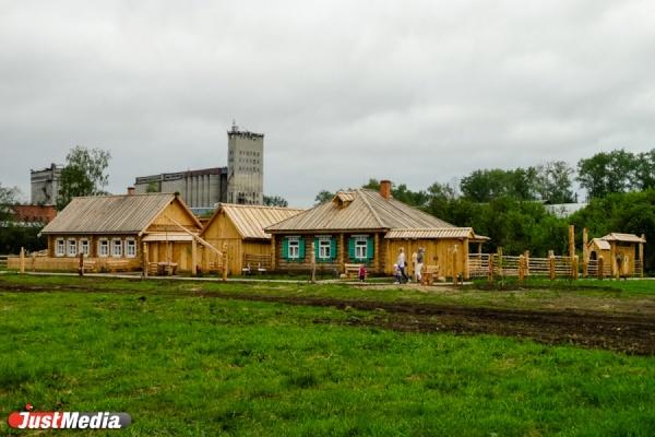 Избушка Бабы-Яги, дом крестьянина и старинная русская печь. На Урале продолжается строительство парка по сказам Бажова