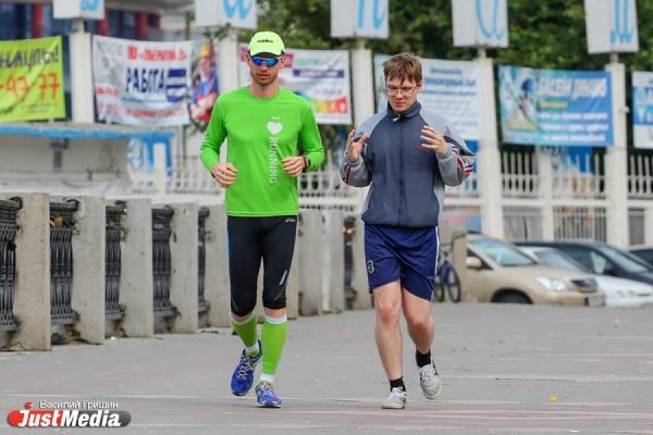 «Бег учит управлять временем и повышает эффективность бизнеса». Главный бегун-любитель Екатеринбурга устроил урок для JustMedia.ru на маршруте будущих марафонцев
