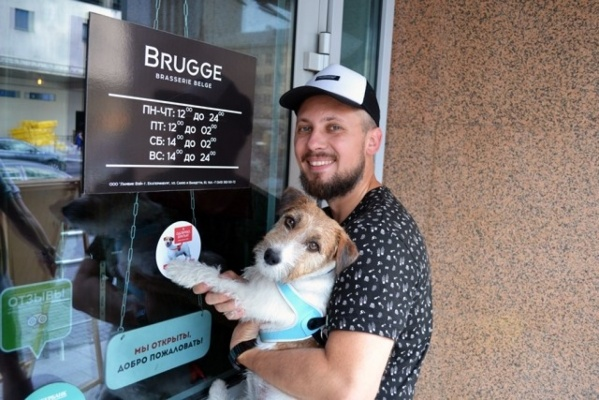 Четвероногий ревизорро Брюс и его хозяин Александр Цариков проверяют доступность екатеринбургских ресторанов для собак