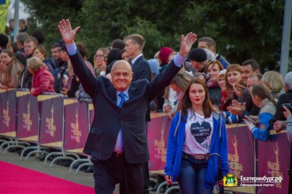 Звезды на «ковровой дорожке». В Екатеринбурге прошло открытие первого Уральского кинофестиваля