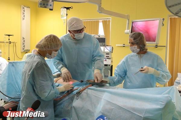 Один из лучших гинекологов Гамбурга провел в Екатеринбурге сложную операцию в прямом эфире