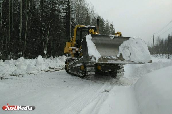 Вырубают кусты, чистят снег и завозят стройматериалы. JustMedia.Ru посмотрел, как дорогу до Серебрянки готовят к половодью