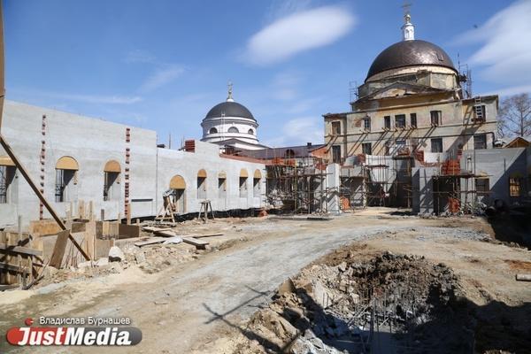 «Как на археологических раскопках». JustMedia выяснил, что происходит за забором Успенской церкви. ФОТО, ВИДЕО