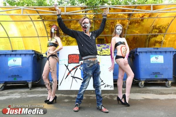 Колдун Антон Симаков прилюдно разрисовал двух голых девушек. ФОТО, ВИДЕО