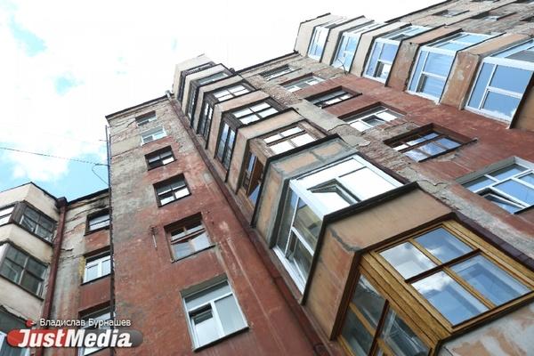 Стены в грибке и дырявая крыша. Как разрушается дом в Городке чекистов, на который мэрия выделила 900 тысяч рублей. ФОТО