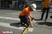 На Шефской – 12 сантиметров, на Белинского – 7. На дорогах Екатеринбурга измерили самые глубокие ямы и колеи. ФОТО