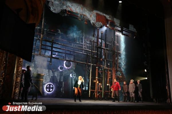 «Моцарту бы понравилось». В Екатеринбургском театре оперы и балета показали «Волшебную флейту» с комиксами в стиле стимпанк