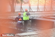 «На эту стройку только один заезд - через двор». Подрядчик ремонта теплотрассы на Мамина-Сибиряка обвинил в срыве графика местных жителей. ФОТО