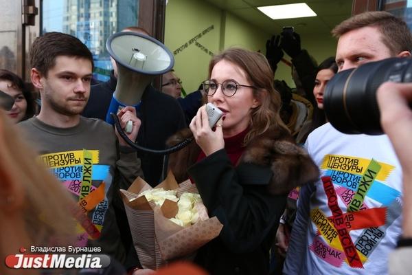 «Очевидно, что кто-то звонит и говорит: «выпускаем Собчак». Как прошел предвыборный визит «кандидата против всех» в Екатеринбург