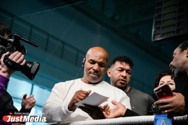 «Я всегда верил в себя, знал, что могу лучше». В Екатеринбурге на одном ринге встретились легенды бокса Майк Тайсон и Костя Дзю
