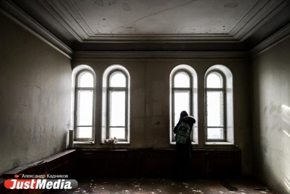 Разбитое фортепиано, потолок с лепниной и призрак умершей хозяйки. Гуляем по этажам особняка Железнова. ФОТОРЕПОРТАЖ