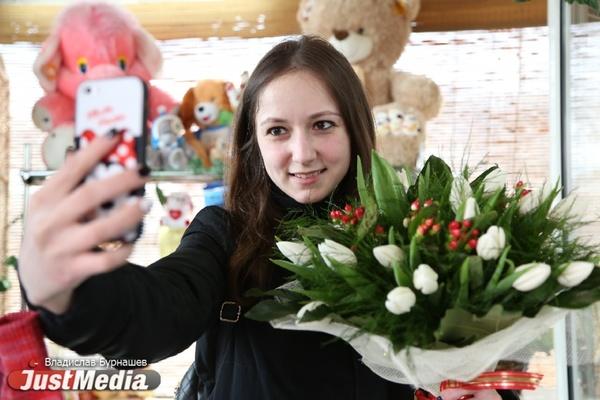 «Отмечать 8 марта - старомодная и сексистская традиция». Иностранцы рассказали, как в их странах принято поздравлять прекрасный пол