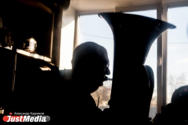Здесь только взрослые мальчики. Старшему - 81 год. JustMedia.ru побывал на репетиции духового оркестра, которым руководит незрячий музыкант. ФОТО, ВИДЕО