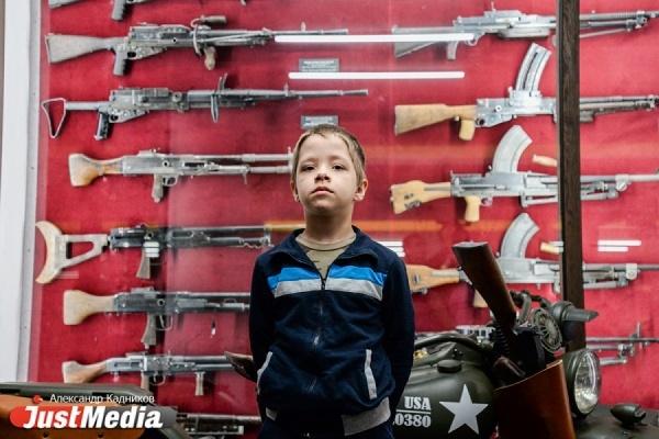 Особенным детям Свердловской области показали уникальное историческое оружие и военную технику