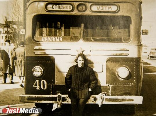 На фото высококлассный водитель Октябрьского депо А.А. Буторова, награжденная в 1966 году орденом Ленина.