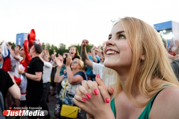 Картонный Хавьер, русский петух для француза, многотысячное шествие по Ленина. Чем запомнились уральцам болельщики из разных стран