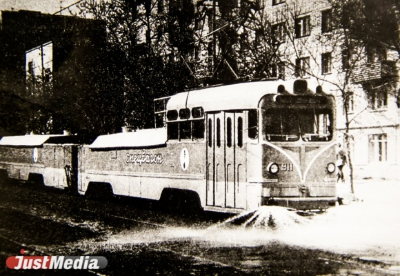 Поливочный вагон. Появился в 1970-е годы.