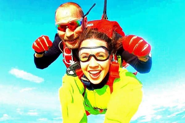 «С таким инструктором выпасть из самолета непременно к удаче». Корреспондент JustMedia.ru познакомилась с людьми в облаках и прыгнула с парашютом
