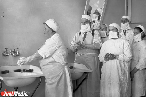 Хирурги перед операцией, 1933 год. ФОТО: ГКУСО «ГАСО»