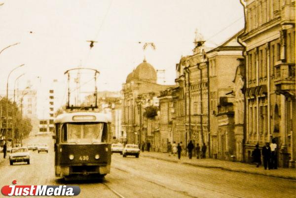8 Марта на отрезке от Радищева до Малышева, 1976 год. ФОТО: из Музея ЕТТУ.