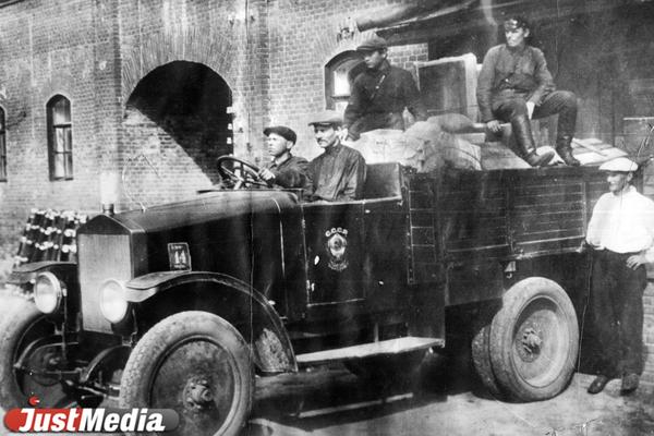 Почтовый автомобиль 1930-1940-е годы.