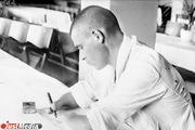 Раненый боец пишет письмо, 1943 год. Госпиталь №414. ФОТО: Свердловский госархив