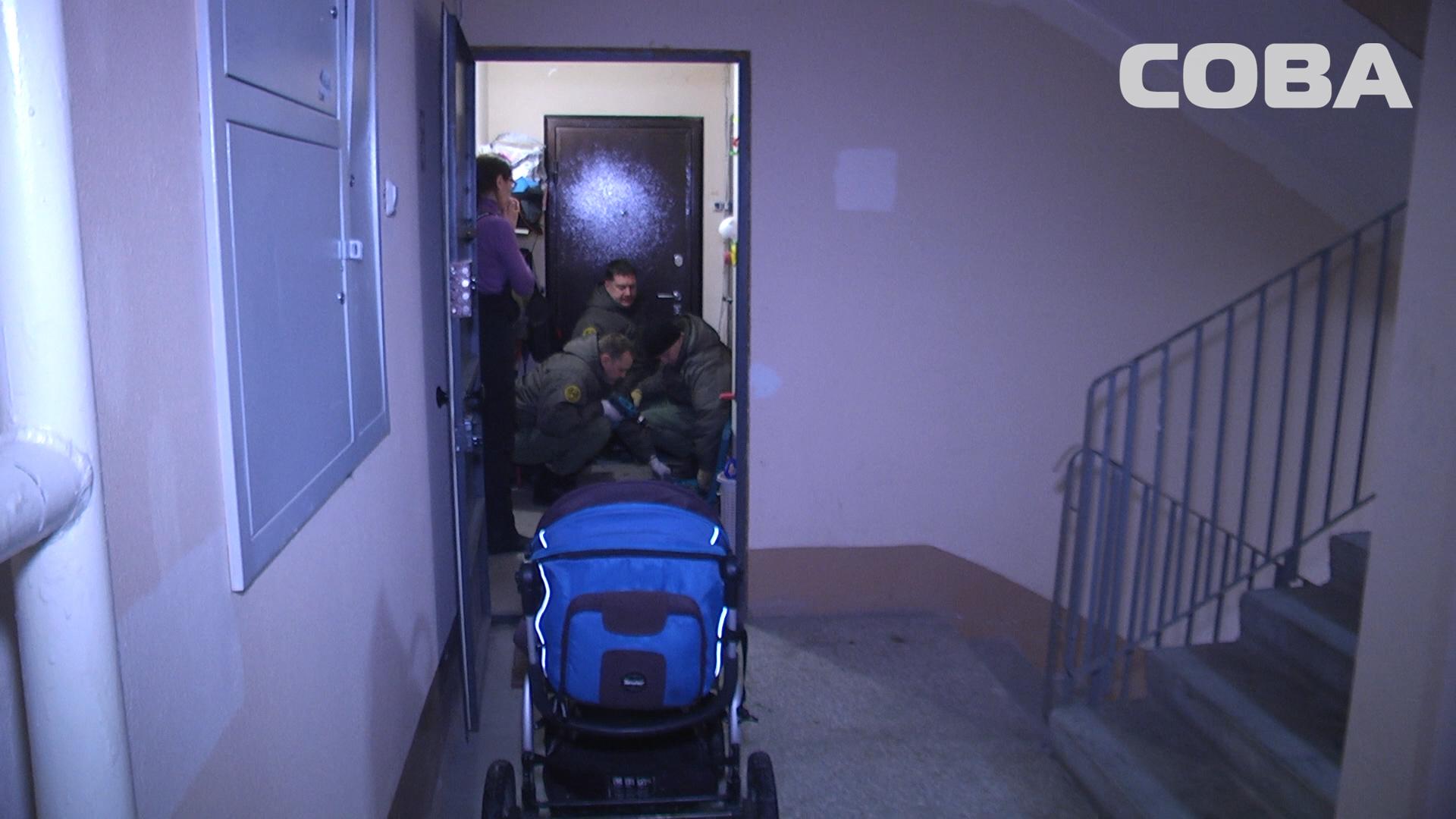 НаУралмаше спасателям довелось взламывать дверь, чтобы вызволить 2-летнего ребенка