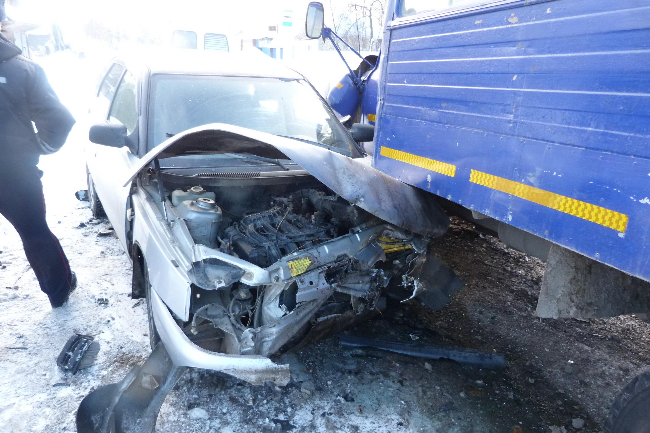 ВСвердловской области шофёр «двенадцатой» влетел под фургон навстречке