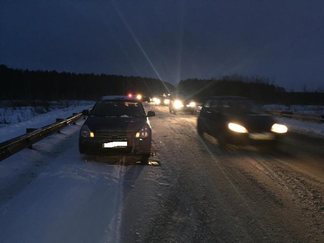 На автодороге Арамиль-Кольцово Volkswagen «собрал» две иномарки. ФОТО