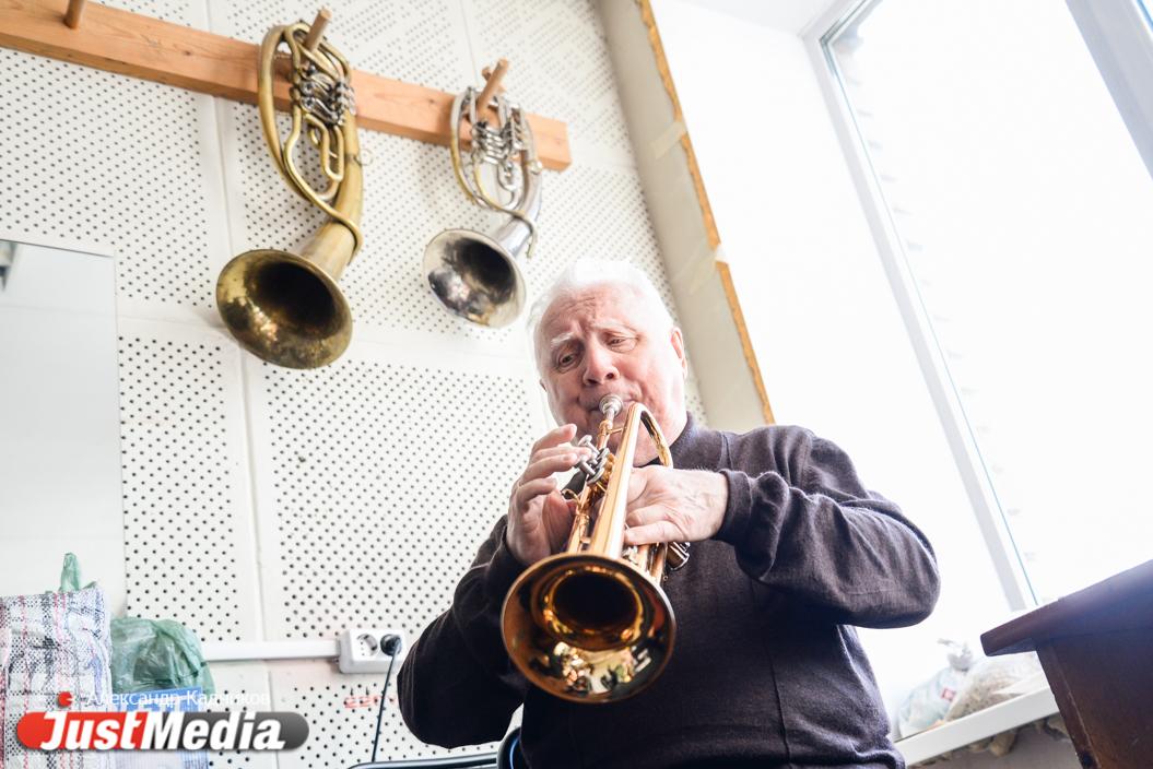 Здесь только взрослые мальчики. Старшему - 81 год. JustMedia.ru побывал на репетиции духового оркестра, которым руководит незрячий музыкант. ФОТО, ВИДЕО - Статьи