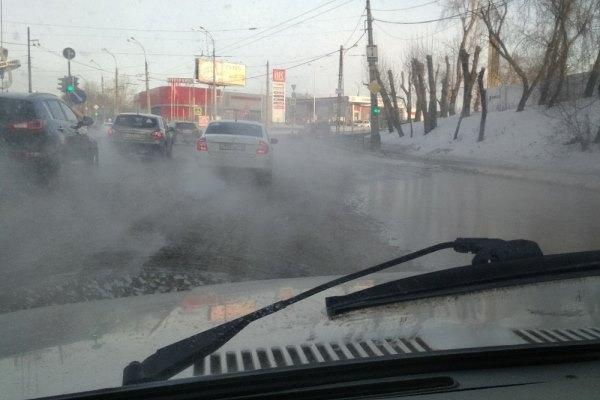 Трубы не выдержали морозов. В Екатеринбурге горячей водой затопило центр города