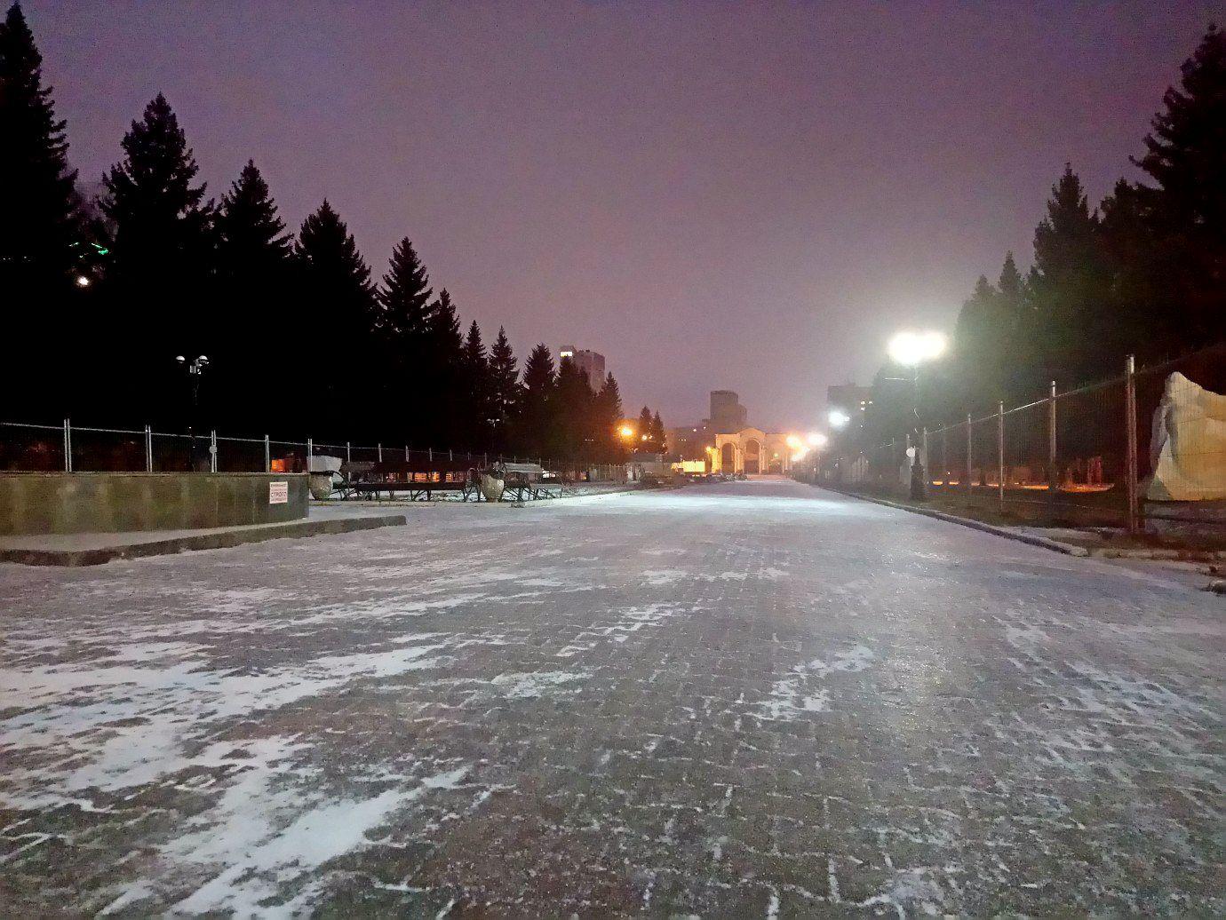 Зима недалёко: впарке Маяковского начали заливать каток