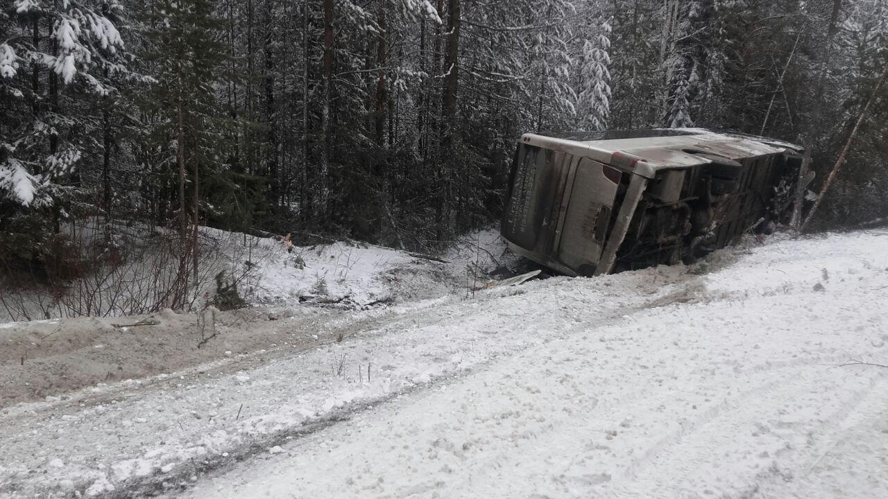 НаСеровском тракте перевернулся рейсовый автобус