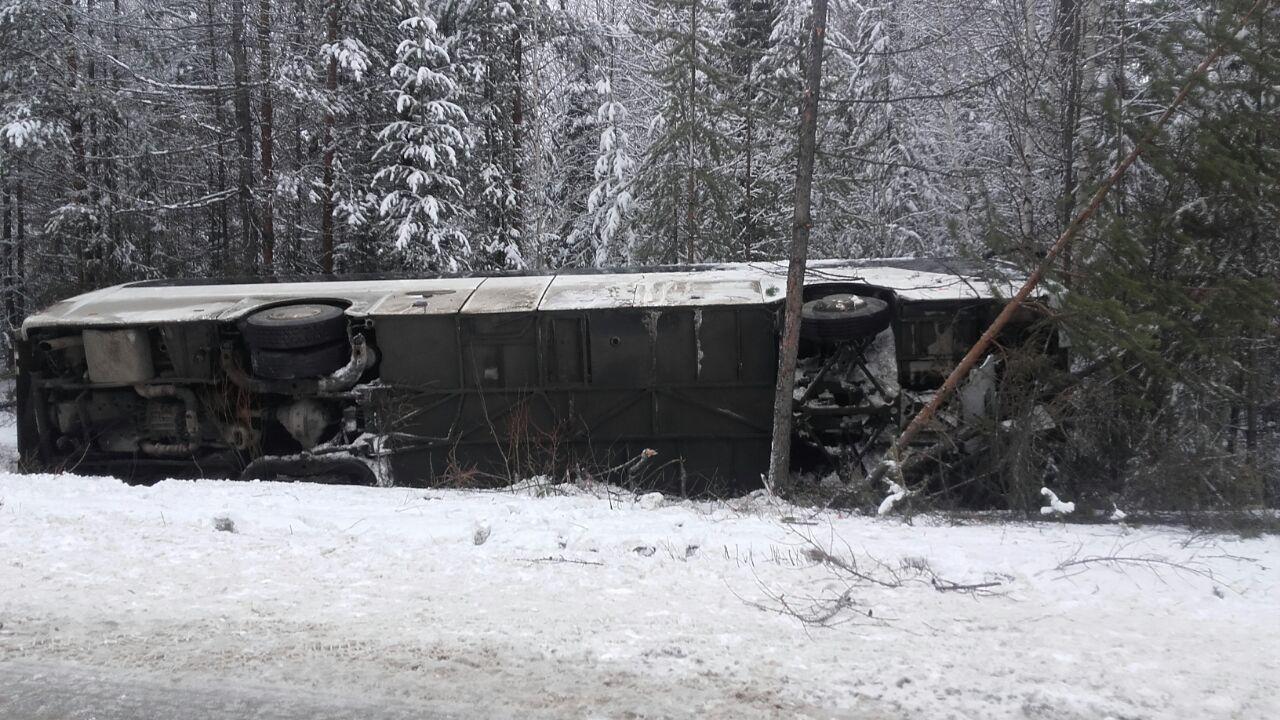 Пассажирский автобус недоехал доСерова: перевернулся вместе срассажирами