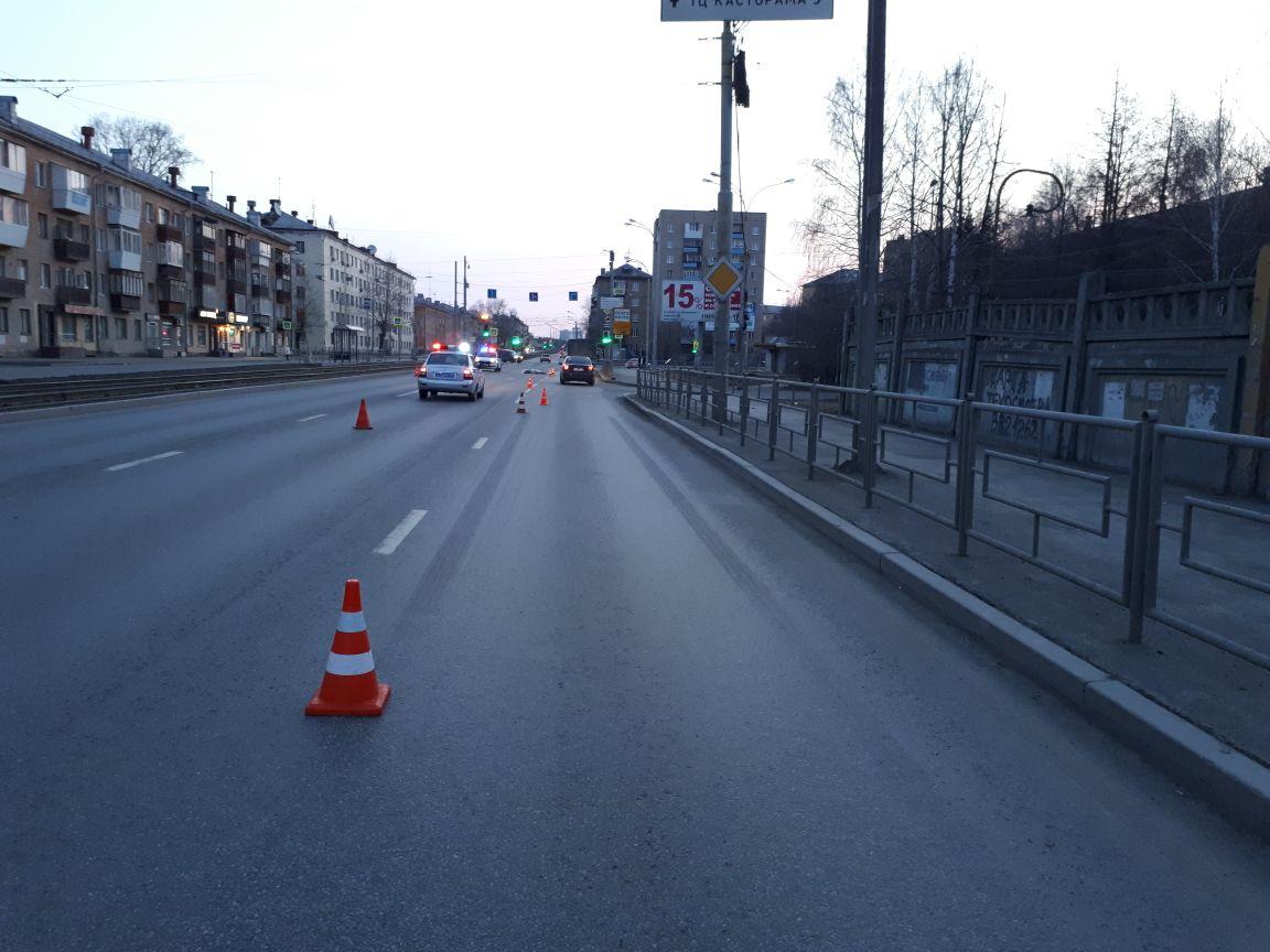 В Екатеринбурге водитель Mercedes насмерть сбил пешехода и скрылся с места ДТП. ФОТО
