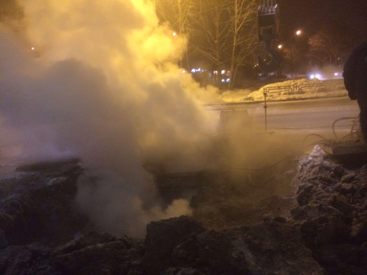 ВЕкатеринбурге протекла тепломагистраль. Взоне замерзания 20 домов идетсад