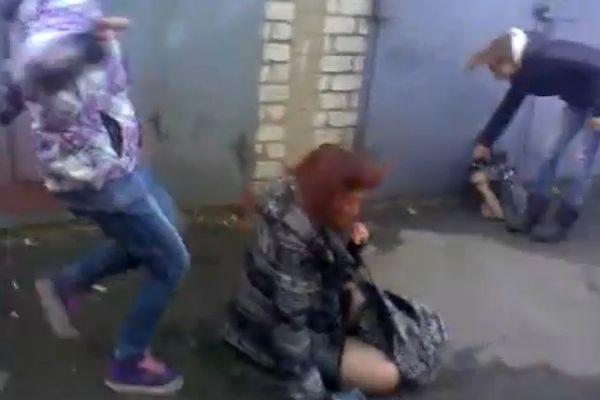 Фото издиваются над девушкой
