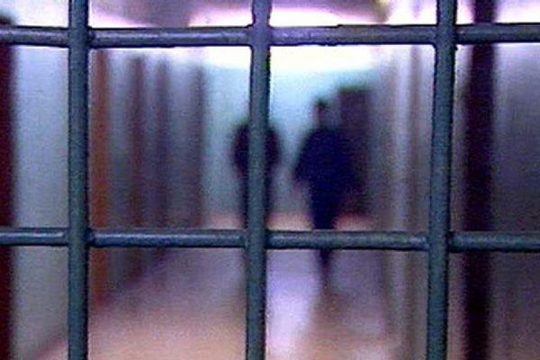 Врача-хирурга, обвиняемого в насильственных действиях сексуального ха…